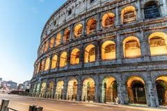 Colosseum, ou coliseu Anfiteatro romano enorme iluminado cedo na manhã, Roma, Itália imagens de stock