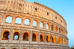 Colosseum, ou coliseu Anfiteatro romano enorme iluminado cedo na manhã, Roma, Itália fotografia de stock