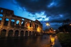 Colosseum på natten royaltyfri bild