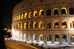 Colosseum på nattetid arkivbilder