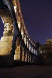 Colosseum på nattljus Arkivbild