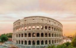 Colosseum panorama przy zmierzchu czasem z fenomenalnym niebem Obraz Stock