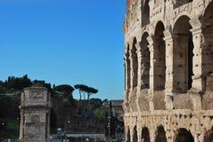 Colosseum, Pijlers en oude Tempels in Roman Forum stock afbeeldingen