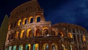 Colosseum Rome à la longueur foncée de la tempête 4k de ciel de nuit banque de vidéos