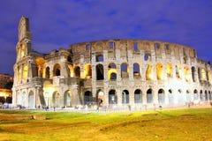 Colosseum (Rome, Italië) in de avond Stock Foto's