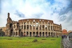 COLOSSEUM ROME ITALIEN - NOVEMBER 8: turist som tar ett foto i fr Arkivfoto