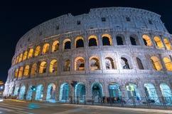 Colosseum rome på natten arkivbilder