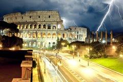 Colosseum Rome vid natt, blixt royaltyfria bilder