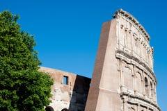 Colosseum si separa il cielo blu dell'estate immagini stock libere da diritti