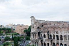 Colosseum som ses från det romerska forumet på en molnig dag Arkivfoto