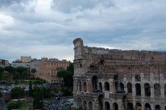 Colosseum som ses från det romerska forumet på en molnig dag Royaltyfri Bild