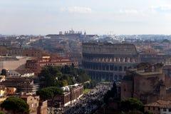 Colosseum und über dei Fori Imperiali, Rom - Italien Stockbild