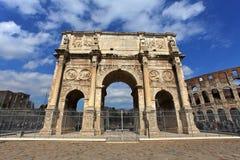 Colosseum und Arco de Costantino Stockbild