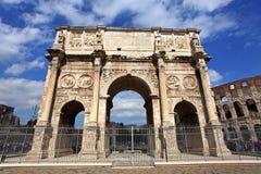 Colosseum und Arco de Costantino Stockfoto
