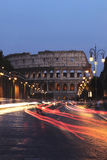 Colosseum und Autos nachts, Rom Stockfoto