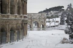 Colosseum und Costantines Bogen im Schnee Lizenzfreies Stockbild