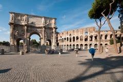 Colosseum und der Bogen von Constantine stockfotografie