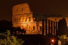 Colosseum vid natt arkivfoton