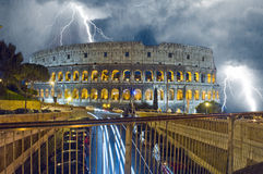 Colosseum w nocy Padać i błyskawica zdjęcie royalty free