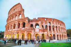 Colosseumen med folk på natten Arkivfoto