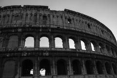 Colosseumen på den svartvita natten Arkivfoton