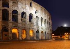 Colosseumen på natten fotografering för bildbyråer