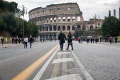 colosseumen rome till turister går Arkivbilder