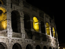 Colosseumen vid natten, också som är bekant som Flavian Amphitheatre - Rome - Italien Arkivfoto