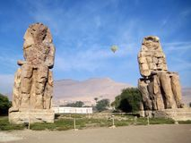 Colossi di Memnon con il pallone nel cielo fotografie stock libere da diritti