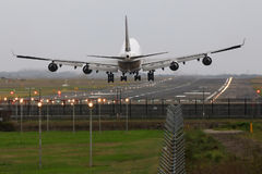 Colosso de Boeing 747 - aterragem do jato na pista de decolagem. Imagem de Stock