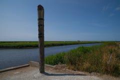 Coloumn del segno di alta marea a Vidaa, mare di Wadden, Danimarca Immagini Stock