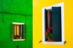 colour det vibrerande fönstret för facadehuset Arkivbilder
