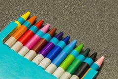 Colour kredki na zmroku siwieją tło zdjęcie stock