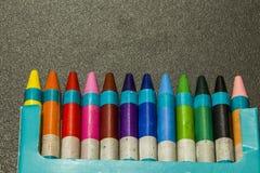 Colour kredki na zmroku siwieją tło obraz royalty free