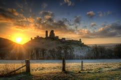 Colourburst prima dell'alba di alba di inverno del castello di Corfe. Fotografia Stock