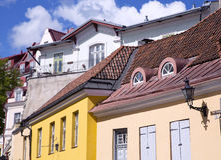 Coloured antyczni budynki pod czerwonym kafelkowym dachem Obraz Stock