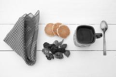 Coloured ciastka, czarna biała filiżanka z gorącą wodą i chusteczka, Fotografia Stock