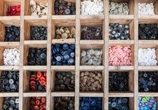 Coloured guziki w drewnianym pudełku Fotografia Royalty Free