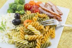 Coloured makaron słuzyć z serem, oliwka brokuły, czereśniowy pomidor Obrazy Royalty Free