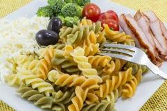 Coloured makaron słuzyć z serem, oliwka brokuły, czereśniowy pomidor Obraz Stock