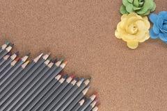 Coloured ołówki z papierowymi różami, brać na drewnianym tle Zdjęcie Royalty Free