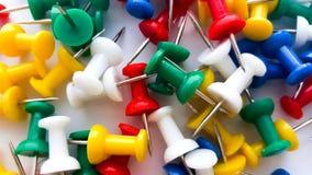 Coloured thumbtacks fotografia stock