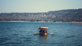 Colourful łódź w scenerii jezioro fotografia stock