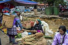 Colourful Bac brzęczeń Niedzieli rynek, Północny Wietnam fotografia royalty free