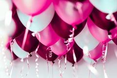 Colourful balony, menchie, biel, czerwień, streamers odizolowywający zdjęcie stock