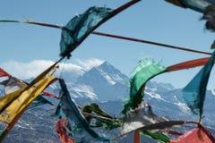 Colourful Buddyjska modlitwa zaznacza z górą Everest w tle Przeglądać od Tybet fotografia stock