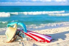 Colourful czerwieni, bielu parasol z i, wyrzucać na brzeg z pięknym zdjęcie royalty free