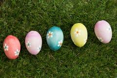 Colourful Easter jajka na trawie Zdjęcie Royalty Free