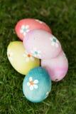 Colourful Easter jajka na trawie Obraz Stock