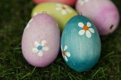 Colourful Easter jajka na trawie Fotografia Stock